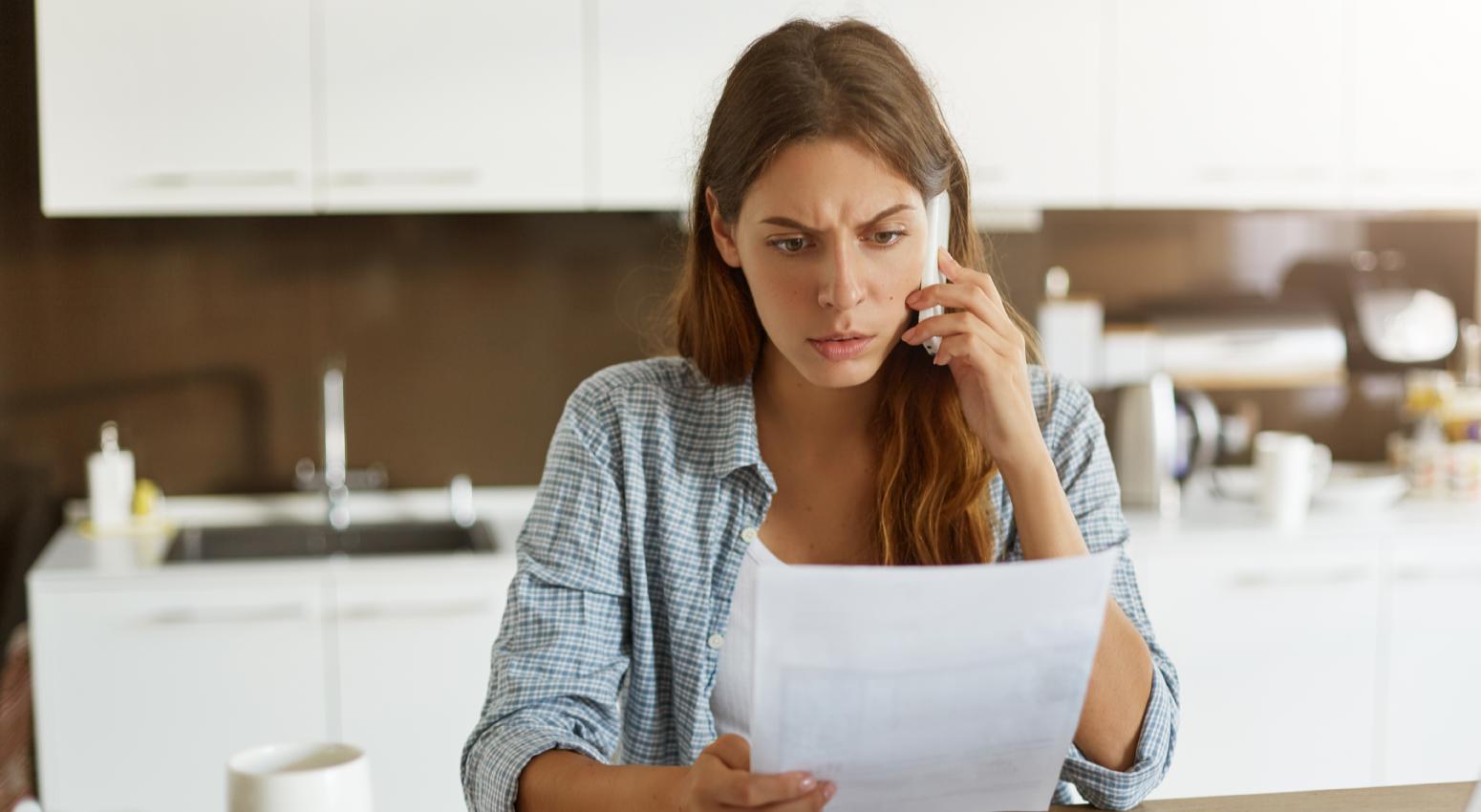 Ejemplo de Cancelación de Póliza - Mujer al teléfono preocupada