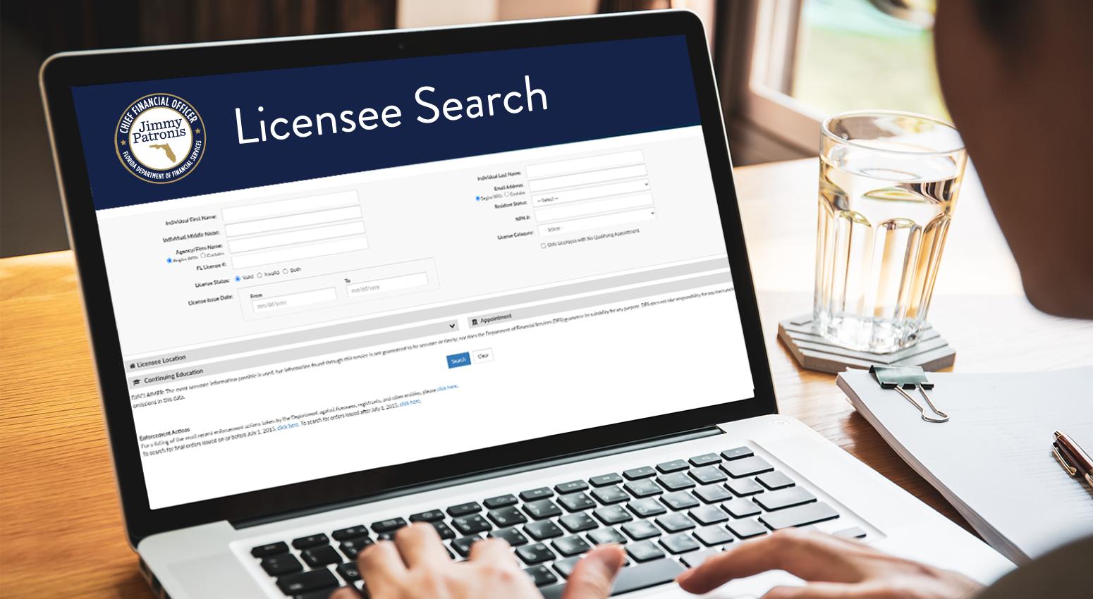 Estafa de Agente Sin Licencia - Laptop con la Pantalla de Búsqueda deTitulares de Licencias delDepartamento de Servicios Financieros